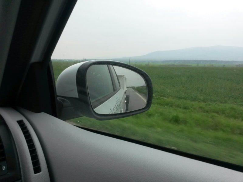 Prívesný vozík v spätnom zrkadle, autoškola dušička Košice